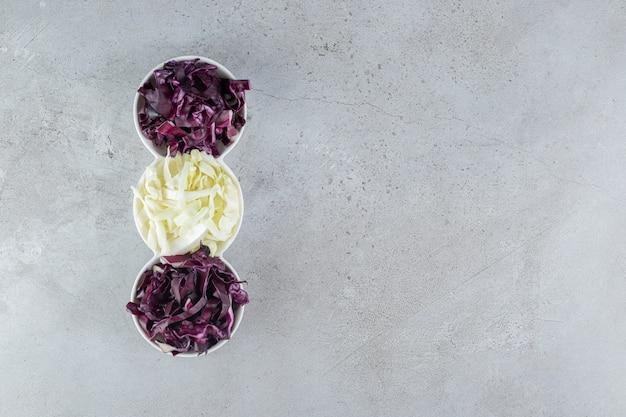 白と紫のキャベツをスライスした白皿。高品質の写真