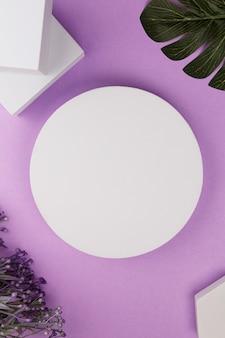 Белая платформа с геометрическими фигурами и цветами и монстера на фиолетовом фоне