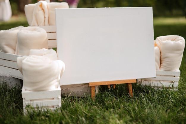 Белые плюшевые пледы в деревянных ящиках для приглашенных на мероприятие