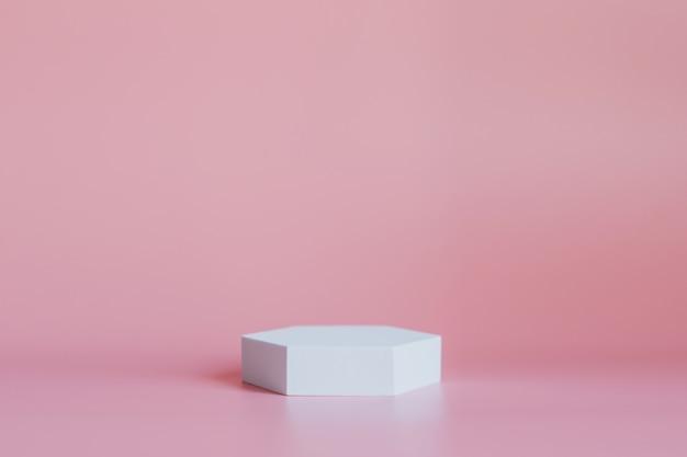 Белый подиум для презентации продукции