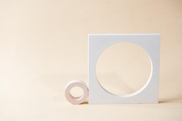ベージュの背景に白い表彰台。テンプレート、プレゼンテーション製品のモックアップ。パステルカラーは、幾何学的な形で構成をスタイリングしました。最小限のコンセプト。製品表彰台。