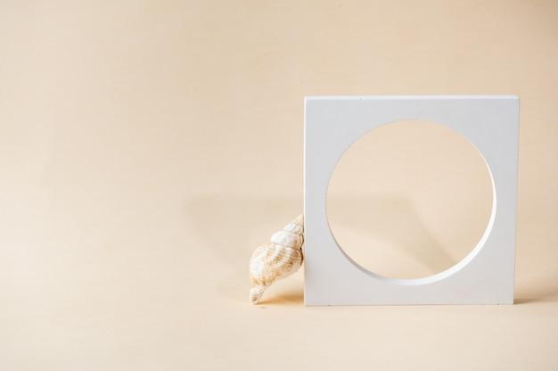 ベージュの背景に白い表彰台。テンプレート、プレゼンテーション製品のモックアップ。パステルカラーは、自然の貝殻と幾何学的な形で構成をスタイリングしました。最小限のコンセプト。製品のモックアップ。
