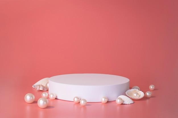Белый подиум на розовом фоне с жемчугом и ракушками. подиум для продукта, косметическая презентация. творческий макет. пьедестал или площадка для косметических товаров. минималистичный дизайн.