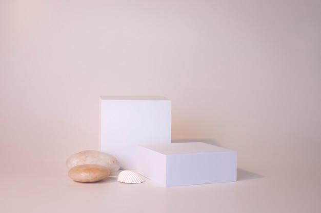 흰색 배경에 흰색 연단입니다. 제품 연단, 화장품 프레젠테이션. 창조적 인 조롱. 미용 제품을 위한 받침대 또는 플랫폼입니다. 미니멀한 디자인.