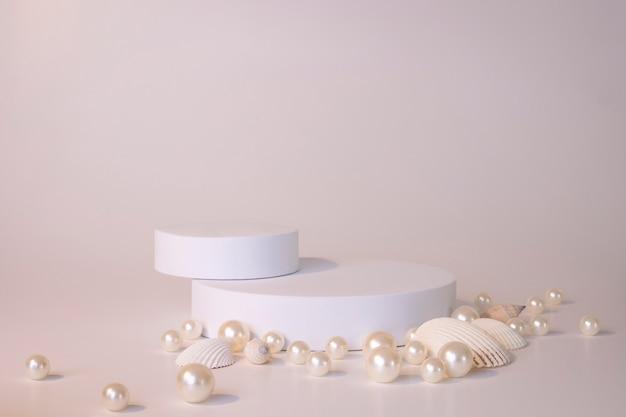 Белый подиум на белом фоне с жемчугом и ракушками. подиум для продукта, косметическая презентация. творческий макет. пьедестал или площадка для косметических товаров. минималистичный дизайн.