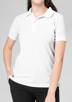 白いポロシャツの女性のカジュアルなビジネスウェア