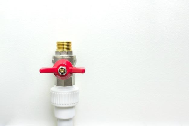 흰색 폴리프로필렌 파이프와 빨간색 수도꼭지. 수도관 피팅 - pvc 파이프의 급수 시스템을 만들 때 연결 장치의 예.