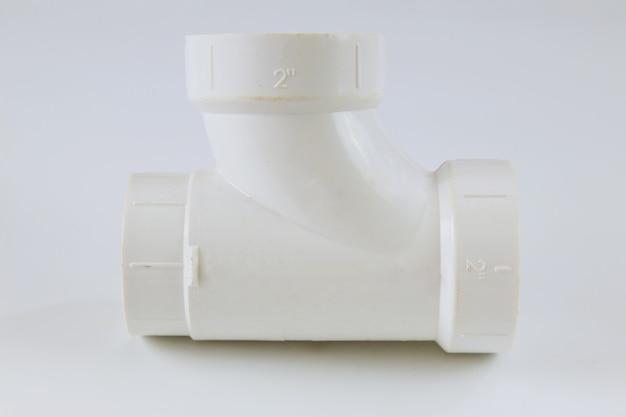 白い壁に白いポリプロピレンpvcポリマーメスパイプt型接続