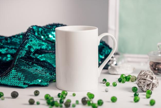 Белая фарфоровая кофейная кружка с зимним декором и пайетками