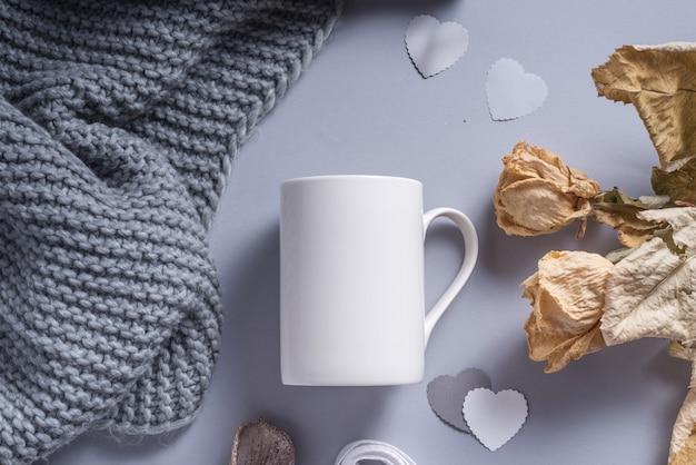 冬の装飾が施された白い磁器のコーヒーマグ