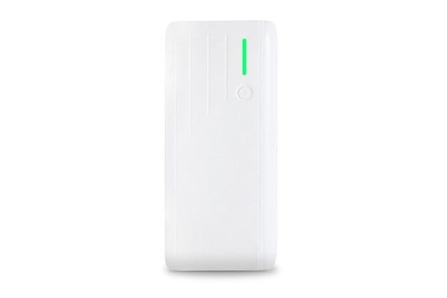 Белое портативное зарядное устройство с этикеткой зеленого света, изолированной на белом фоне. внешний аккумулятор. технология. устройство. смартфон. кнопка питания