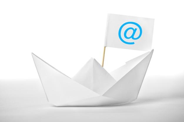 旗のある白い郵便船