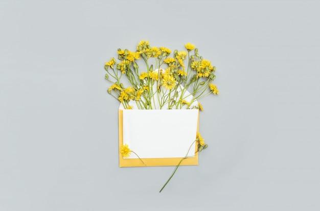 Белая открытка с листом текста с желтым цветком с надписью. праздничный контент.