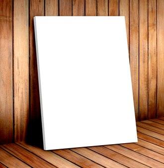 귀하의 콘텐츠를 위해 모의 나무 방에 흰색 포스터 프레임