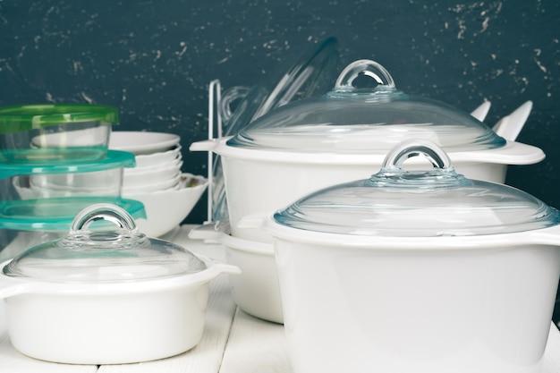 Белая посуда в кухонном интерьере