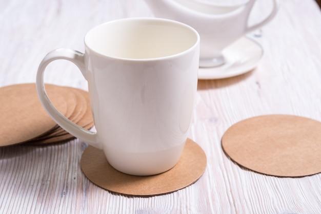 古紙ダンボールラウンドコースター、カップパッド、マット、ホルダーにコーヒーカップの白いポットベレンティー