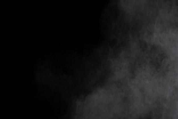Белый порошок взрыв на черном фоне. цветное облако. разноцветная пыль взрывается. краска холи.