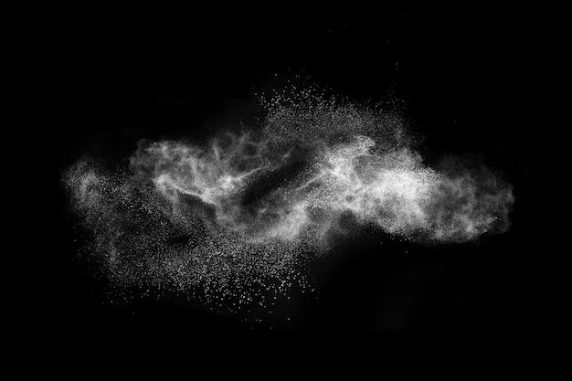 黒いスペースで白い粉塵爆発