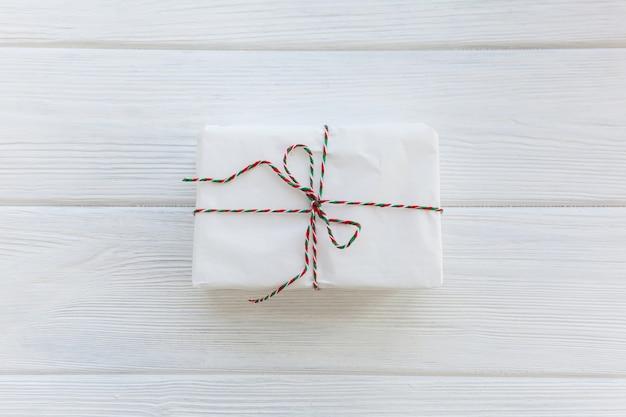 弓付きの白いプレゼントギフトボックス
