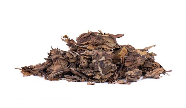 Белый пуэр чай, изолированных на белом фоне