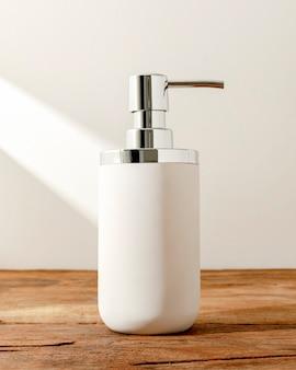 테이블에 흰색 펌프 비누 병