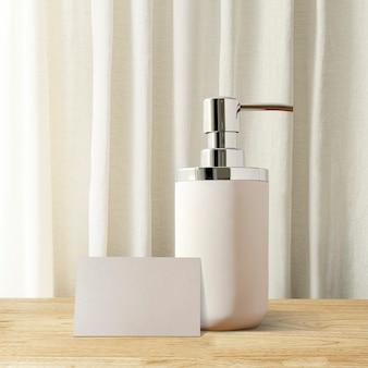 テーブルの上の白いポンプ石鹸ボトル