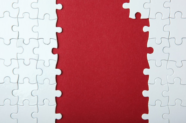 Белая головоломка на цветном фоне вид сверху