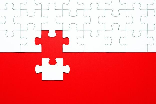 빨간색 배경에 흰색 퍼즐 조각 분리