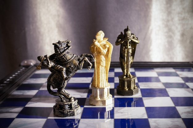 Белая королева, черная лошадь и королевские шахматы из фильма гарри поттер на шахматной доске - санкт-петербург, россия, июнь 2021 года.