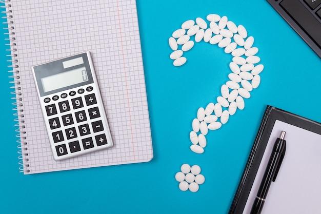 Белый вопросительный знак и калькулятор фармацевтической промышленности и лекарственных препаратов