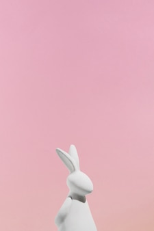 분홍색 배경에 흰 토끼 입상