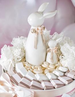 테이블에 흰 토끼 캔디 바