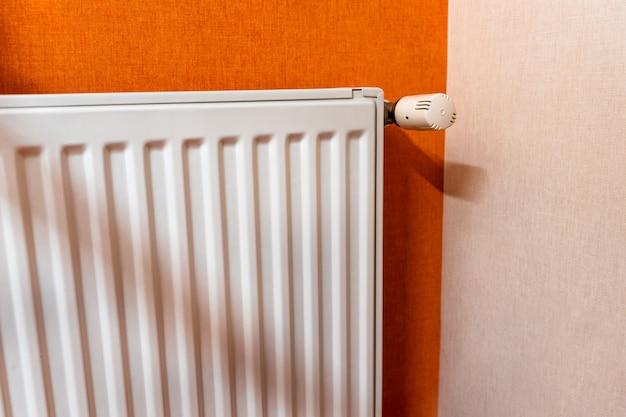 Белый радиатор для отопления помещения