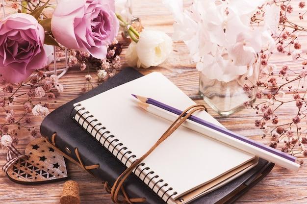 Белый лютик и цветы гортензии