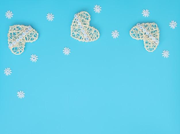 Белые сердечки из ротанга с лентой и кружевными цветами