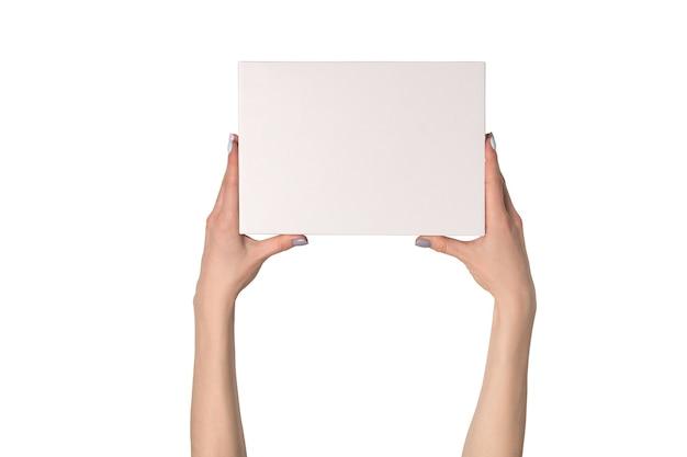 여성의 손에 흰색 사각형 상자
