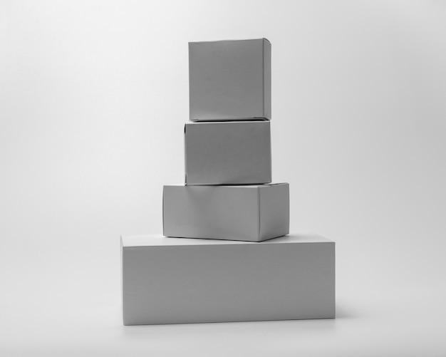Белая прямоугольная коробка, изолированные на фоне