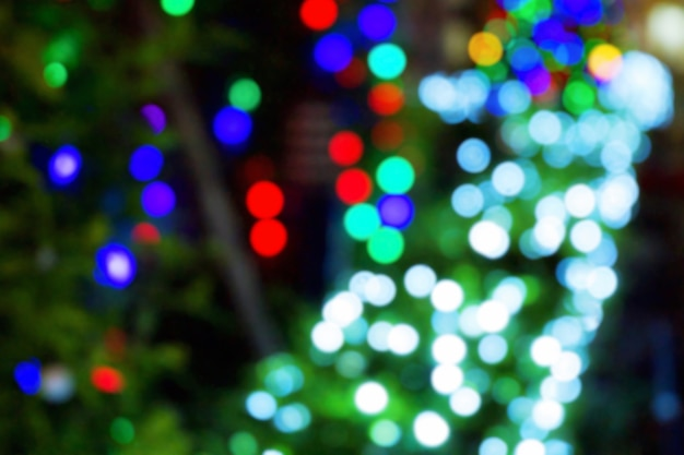 フェスティバルの白、赤、青、緑のボケの光。明るい光沢のぼかし。