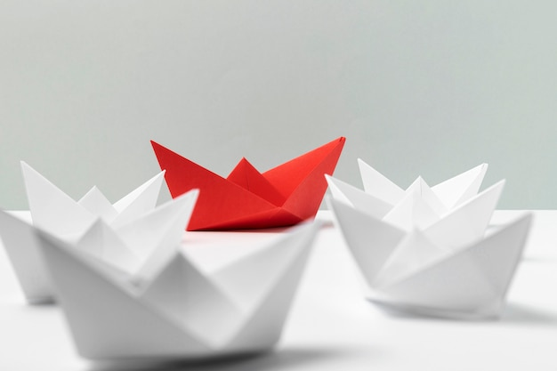 Disposizione delle barche di carta bianca e rossa