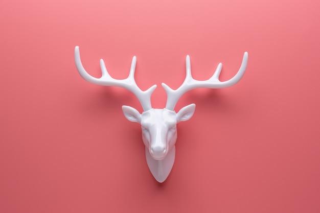 Белый олень с белыми рогами
