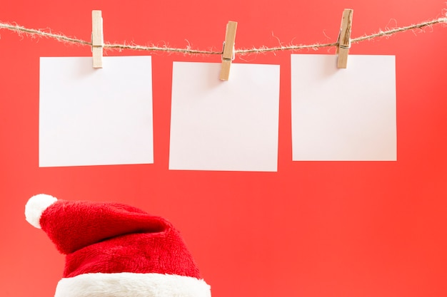 White reminder stickers on a red christmas background.