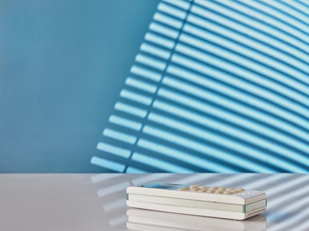 파란색 배경에 흰색 리모컨