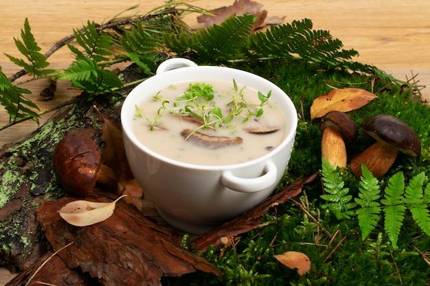 白いレストランプレートクリームポルチーニ茸のスープ