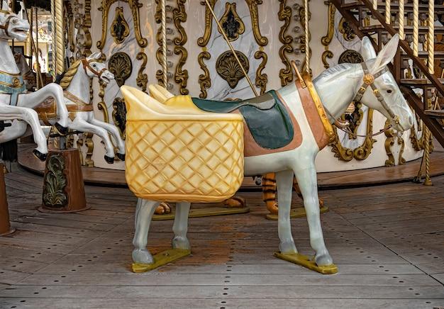 Белый ретро старый пони-карусель с багажом.