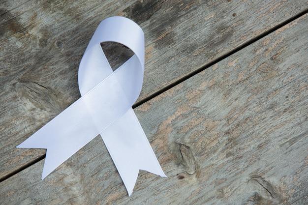 Белая лента символ мира международный день ненасилия.