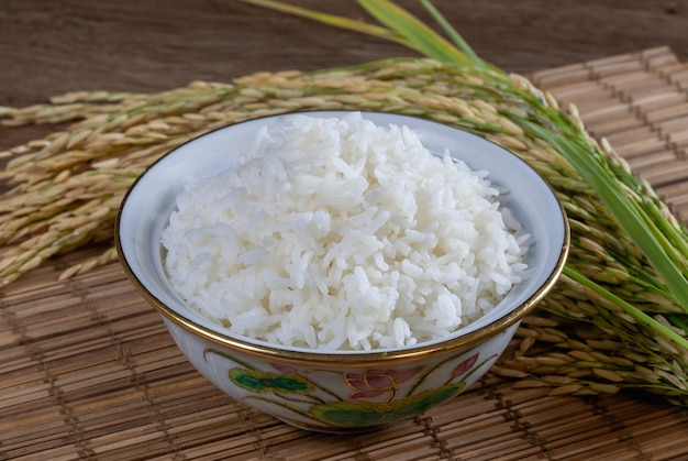 나무 표면에 그릇에 흰 쌀