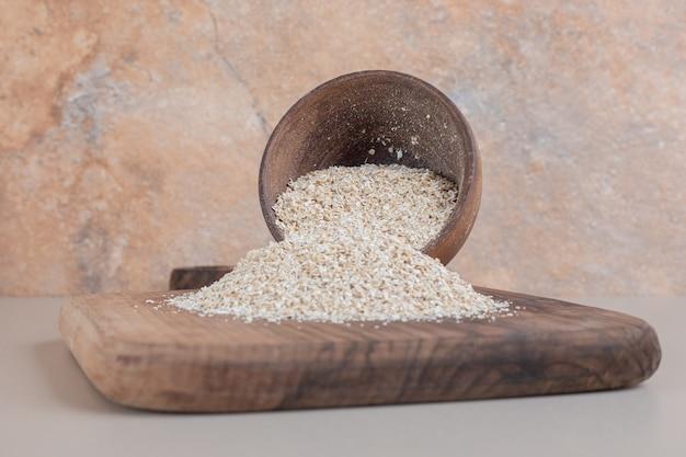 나무 접시에 나무 컵에 흰 쌀.