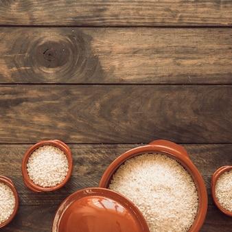 나무 테이블에 그릇에 흰 쌀입니다.