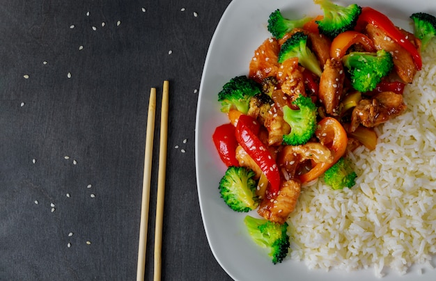 White rice with stir fried chicken, broccoli and papper