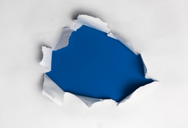 파란색 배경에서 흰색 찢어진 된 종이